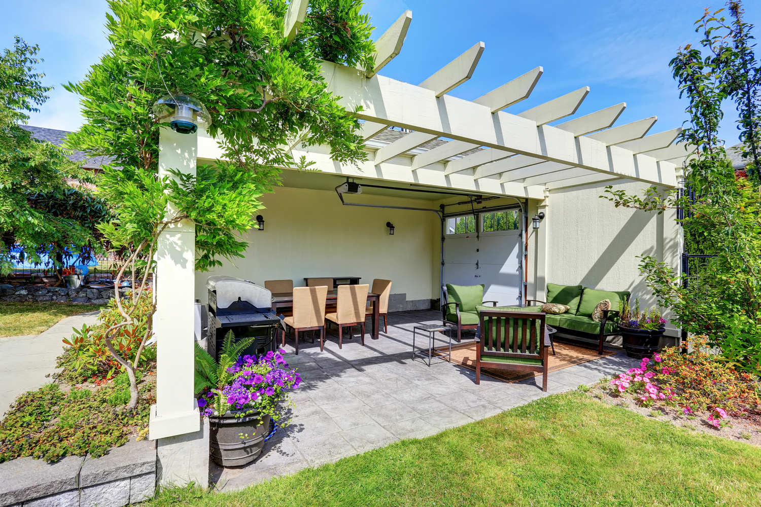 Covered,Patio,Area,With,Outside,Chairs,In,The,Backyard,Garden.