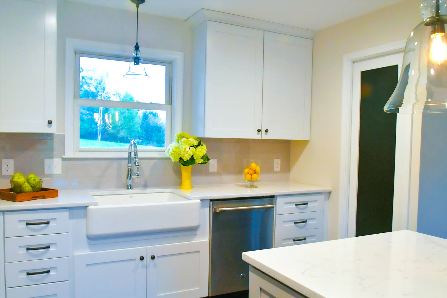 bright-cheery-kitchen-in-a-new-home-with-open-conc-JVTAZJG