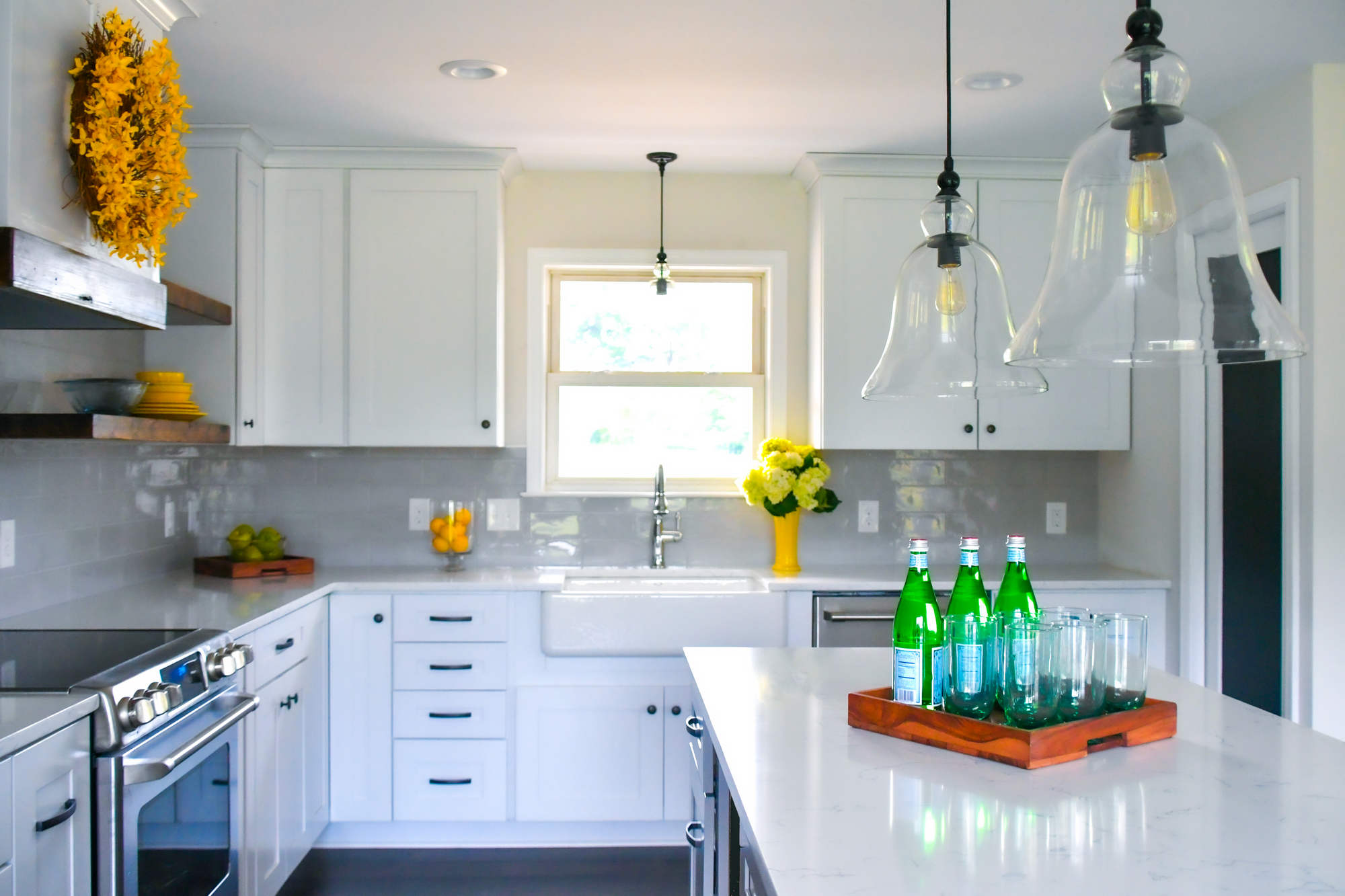 bright-white-kitchen-in-a-new-home-with-open-conce-AM396R2