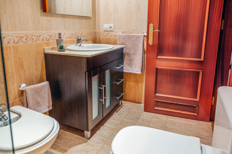 Tidy bathroom with washbasin cabinet